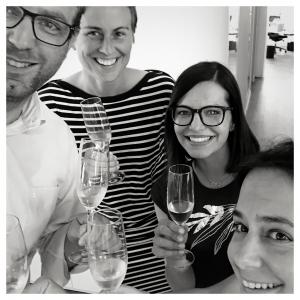 Mit Projekten wachsen: am Ende wird gefeiert. Bild: Team mit Sektgläsern, das den Erfolg feiert.
