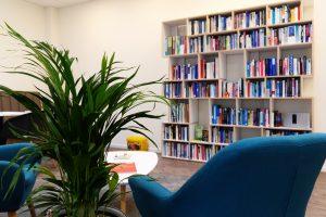 Lounge mit Lesestoff im #projektraum42