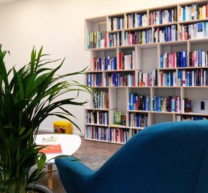 Für frische Impulse. Die Bücherecke im #projektraum42.